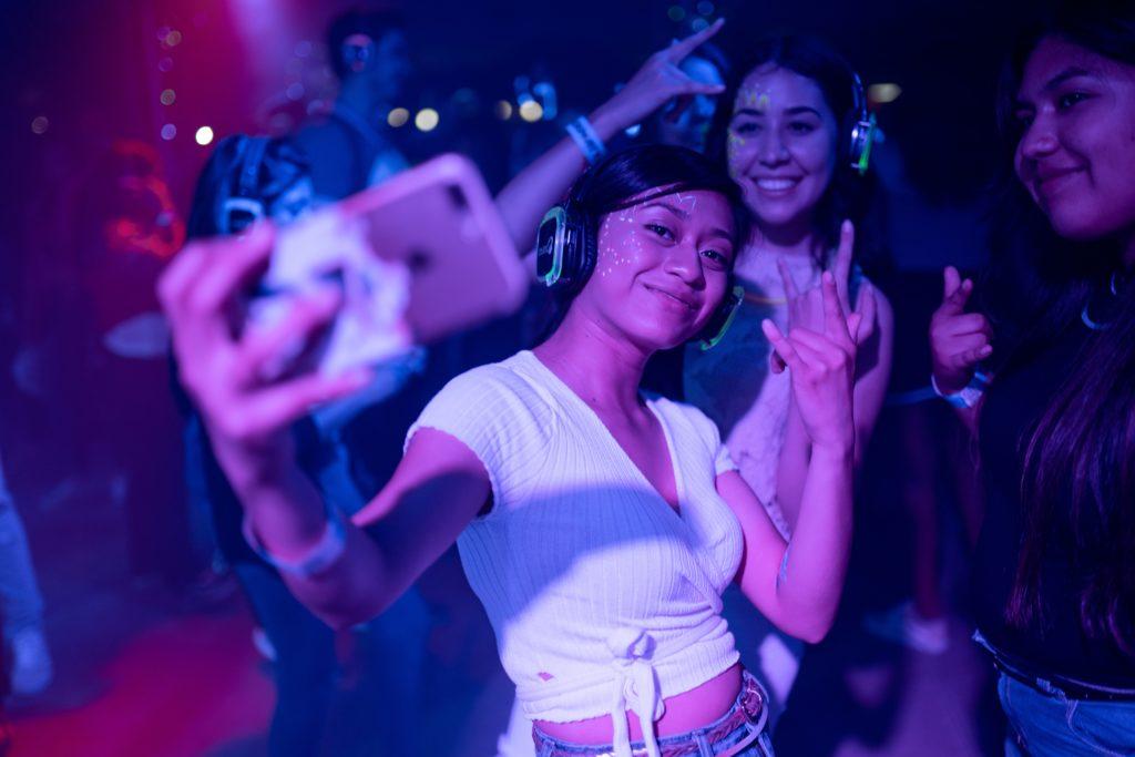 Развлечения, девушки фотографируются